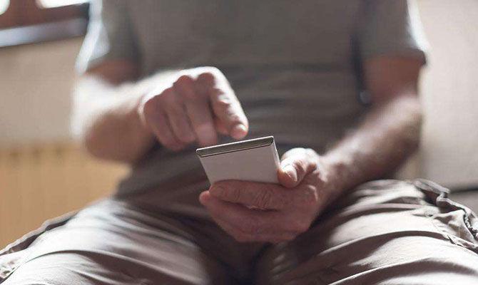 如厕时看手机易引起便秘