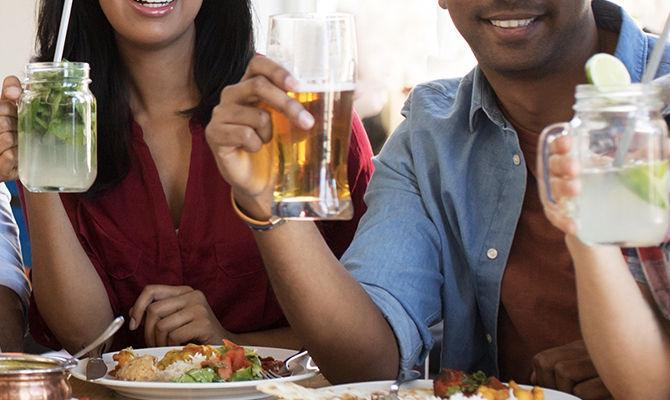 边吃饭边喝水真的健康吗?